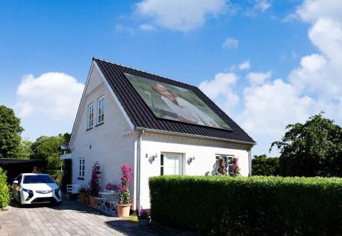 Hansi Hinterseer solceller på taget af familien Andersens hus på Aprilvej i Hadsund