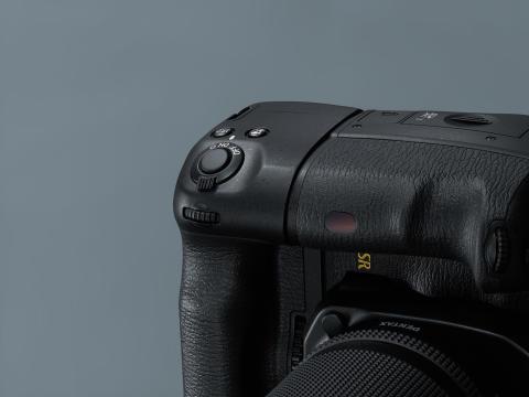 Pentax K-1, med batterigrep vertikalt detaljbilde
