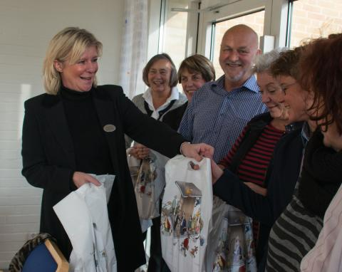 "Bibliotekschef Gunilla Sandin delar ut ""Flugfällan"""