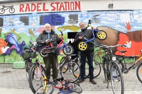 Stadtsparkasse München spendet Fahrräder an die Radlwerkstatt der Bayernkaserne