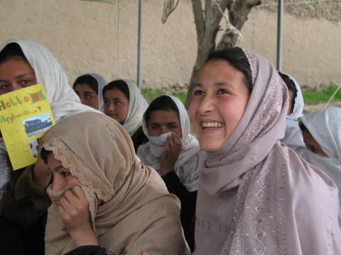 Skänk ett ord till flickor i Afghanistan - på Internationella flickdagen!