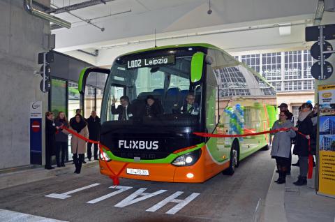 Der erste Flixbus fährt in das neue Fernbus-Terminal Hbf in Leipzig ein