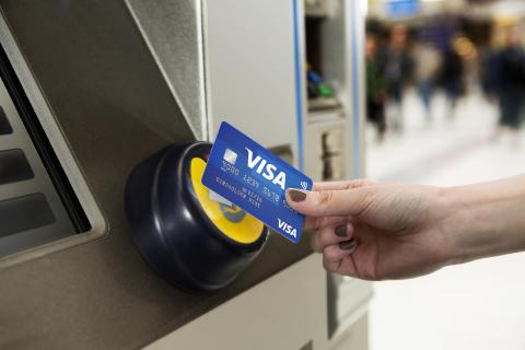 Visa Europe_Fahrkartenkauf nah_kontaktlose Zahlung