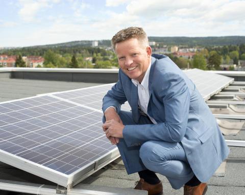 Runar Hansesætre, Country President i Schneider Electric i 2008-2015 på taket til det nye miljøbygget på Ryen i Oslo. I bakgrunnen ser vi solcellepanelene, som har en effekt på 15 kW.