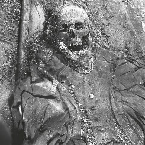 Biskop Samuel Troilius avfotograferad i sin grav 1958 (Västerås länsmuseum).