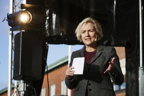 Helene Hellmark Knutsson vid spadtag för nya Humanisten i Göteborg