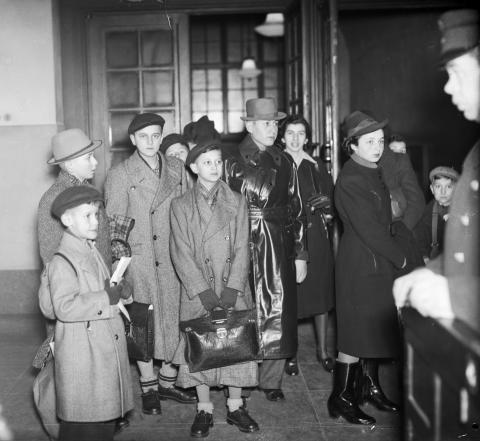 En grupp judiska flyktingbarn med ledsagare anländer till Stockholm