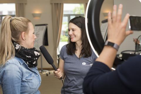 Heide Merkel von proclima.TV (r.) im Interview mit Sarah Bässler von der Vermeulen Heitkamp GmbH