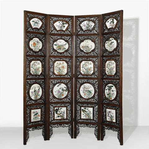 1120. A Four-Fold Floor Screen with Famille Rose Plaques Utrop: 200 000-300 000 SEK