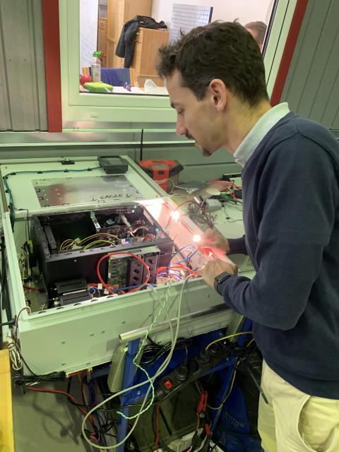 Christian Berger arbetar med loggningsutrustningen.