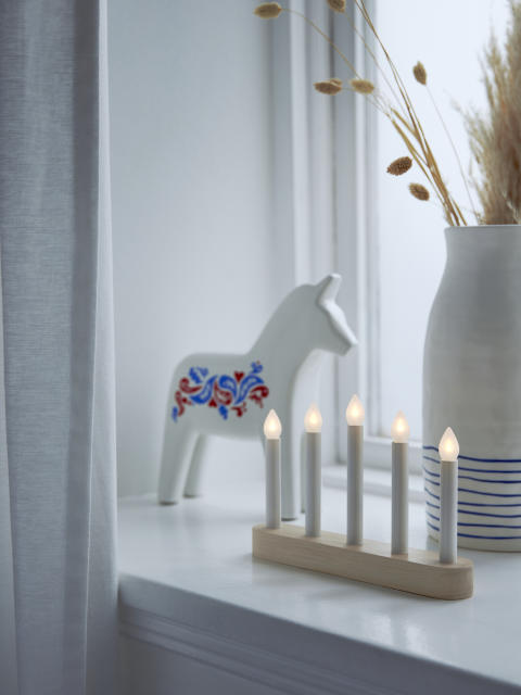 STRÅLA LED batteridrevet femarmet lysestage 59.-, VINTERFEST dekorationshest 99.-