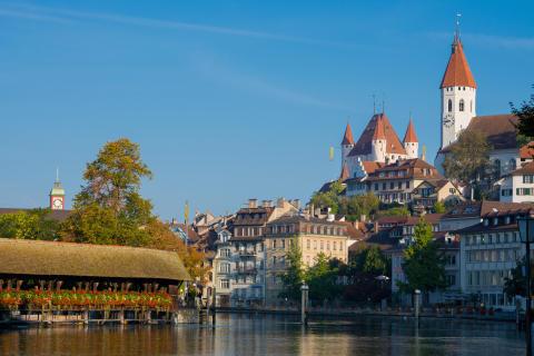 Thun: Das Schloss Thun und die Altstadt leuchten in der Sonne hoch über der Aare