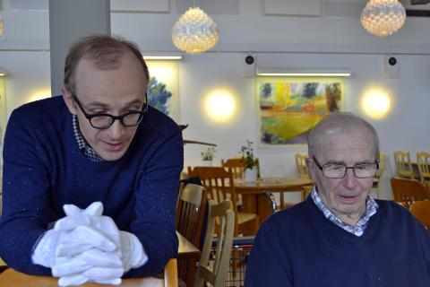 En kommer ihåg... Filip Checinski från ALKA konstnärsförening tillsammans med en av de deltagande från Ekbackens vårdboende
