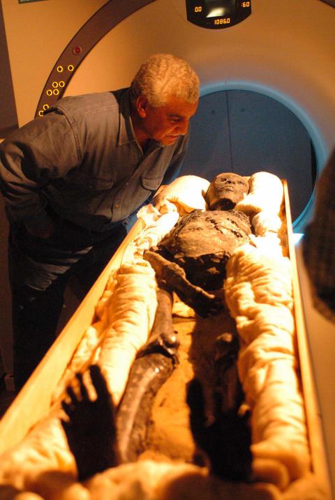 Dr Zahi Hawass leder tekniska undersökningar av Egyptens mumier