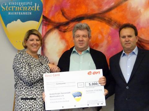 Die Spende übergaben die Personalleiterin des Bayernwerks, Sigrid Nagl, und der unterfränkische Betriebsratsvorsitzende Horst Heid (rechts) an Sternenzelt-Vorsitzenden Stefan Zöller (Mitte).
