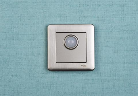 Rörelsedetektorn från Schneider Electric ser till att lampan aldrig är påslagen i onödan.