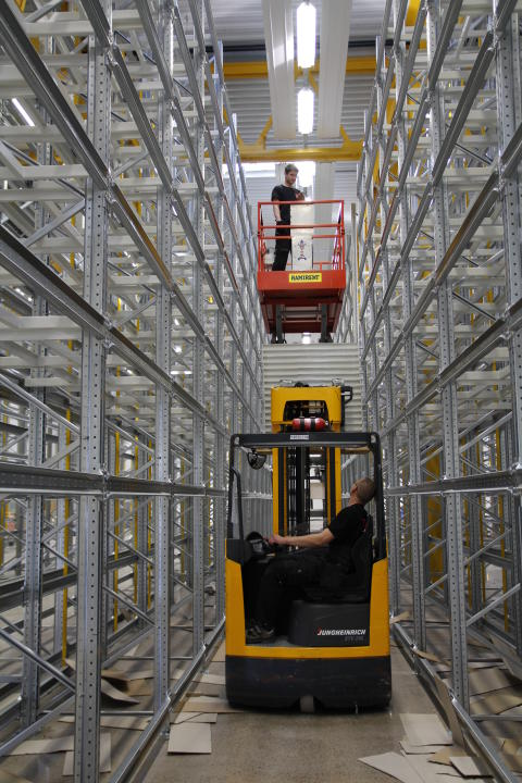 Under försommaren inreds logistikcentret med pallställ och transportband för effektiv hantering av köpt gods samt lager av internt tillverkade detaljer.