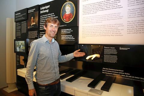 Gregor Nowak gewährt einen ersten Blick in die neue Dauerausstellung im Schumann-Haus
