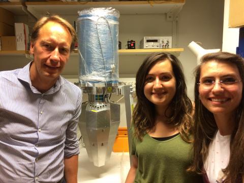 Bo Cederwall, professor i experimentell kärnfysik på KTH, tillsammans med ett par av hans doktorander.