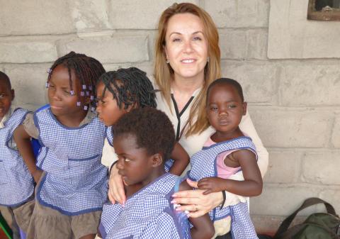 Nursel Gündüz besöker Läkarmissionens barncenter i Moçambique