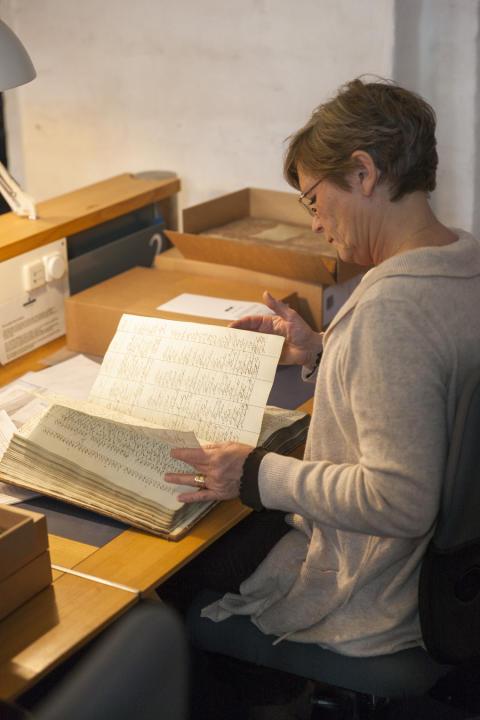 Læsesalsgæst med arkivalie Rigsarkivets læsesal Kbh