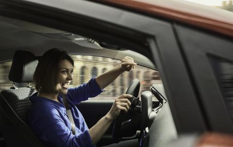 Forsker: Syng høyt i bilen – det er bra for helsen!