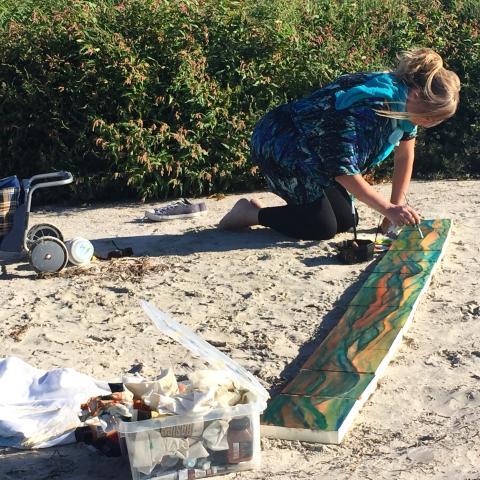 AC Collin målar inspirerad av soluppgången på stranden på Fårö