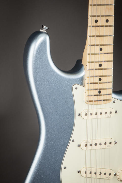 Am. Deluxe Stratocaster Plus Mystic Ice Blue