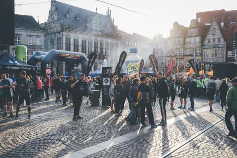 Mitten im historischen Stadtkern treffen sich alle Läufer auf dem Bremer Marktplatz, um vor der eindrucksvollen Kulisse von Rathaus und St. Petri Dom ihre persönliche Bestzeit aufzustellen.