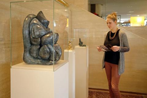 """Blick in die Ausstellung """"Aus dem Schutzraum der Heimlichkeit"""" mit Plastiken von Horst Meier im Leipziger Hotel The Westin"""