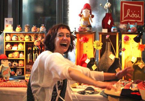 Die Essener Designerin Stephanie Jereb freut sich mit ihrem hösi-Label sichtlich auf den Winter-Weihnachtsmarkt auf Zollverein