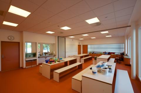 Klasseværelse i koldt hvidt lys