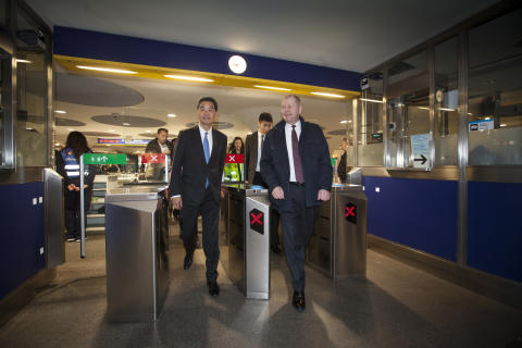 Hongkongs regeringschef MR Leung och Peter Viinapuu