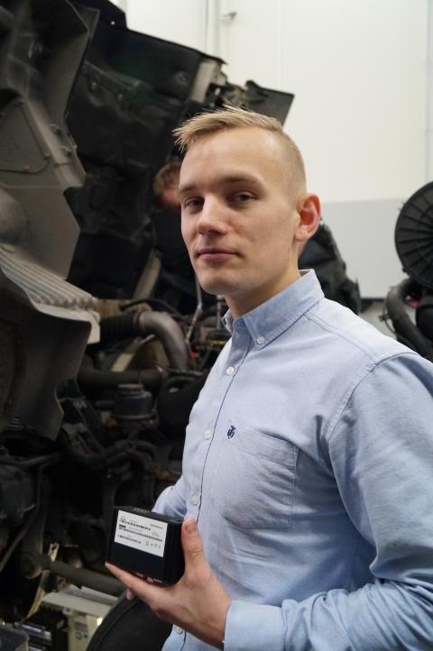 Mads Rydahl Vestergaard, der er Business Solutions Manager i MANs eftermarkedsafdeling, viser her den lille boks, hvorfra data opsamles