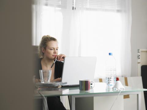 Var femte kvinna är otrygg i sin privatekonomi