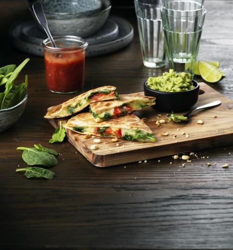 Vegetarisk Quesadilla med spenat, ost, tomat och pinjenötter (8 bitar)