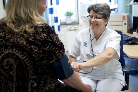 Njursjuksköterskan Monica Rådström tar emot en patient på HND-centrum