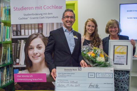 Cochlear und die Universitätsklinik Aachen überreichen Katharina Vollrodt das Zertifikat und den Scheck für ihr Graeme Clark Stipendium 2017