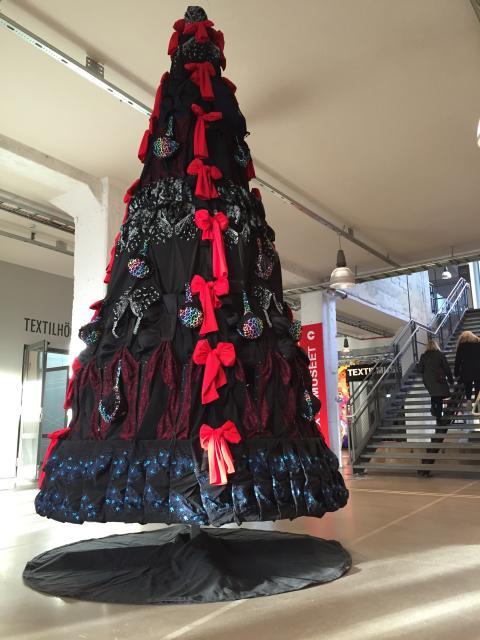 Julkulor vs julkupor - granen är på plats i Textile Fashion Center
