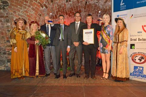Volker Bremer (LTM GmbH, 4. v.r.) übergibt den Leipziger Tourismuspreis 2015 an Rüdiger Pusch (3.v.r.) für das Projekt VINETA auf dem Störmthaler See. Oliver Zille (4.v.l.) gewann in der Rubrik Persönlichkeiten. 2.v.r.: Miss Sachsen 2015/16