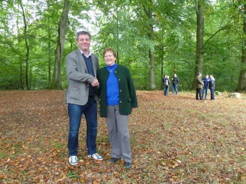 Pierre Månsson och Carin Wredström skakar hand på köpet, som innebär att OD Krooks donation i L-län blir ny markägare till Bockeboda strövområde.