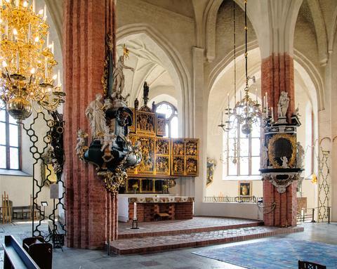 Högaltaret med Sten Stures altarskåp från Antwerpen och på var sida barockmonument. Fotograf: Rikard Larsson.