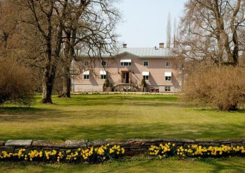 Musik på Slott och Herresäten presenterar sommarens femte konsert med Lena Willemark på Hjelmsäters Egendom utanför Götene måndagen den 6 augusti med start 19:00.