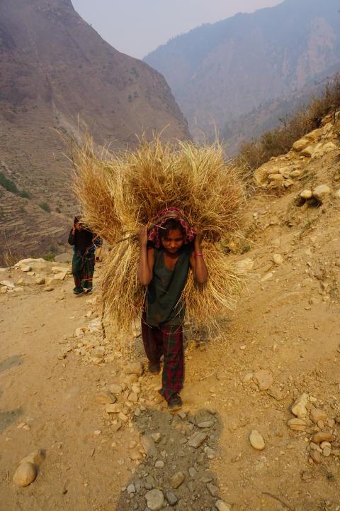 Många barn inom karmarongfolket får slita med hushållssysslor. Foto Elisabeth Hammarberg.