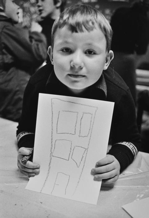 Parkleken var öppen för alla barn och en dag fick de rita hur de bodde. Hammarkullen 1973