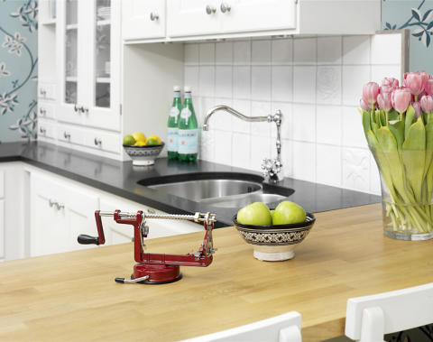 Äppelskalare röd i kök