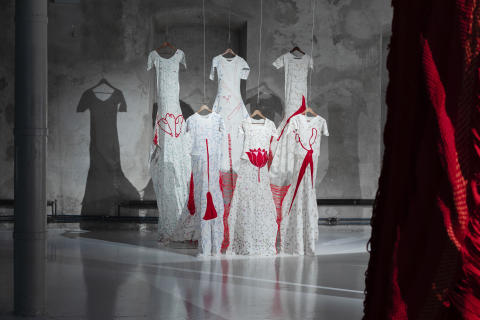 """Installation vie/Installationsbild Delta & Sediment, 2019 """"Revised the Dress Code"""", 2008 Yasmin Jahan Nupur"""