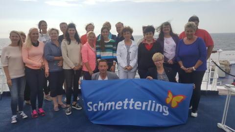 Schmetterlinge an Bord: Das Gruppenfoto der Teilnehmer an der exklusiven Inforeise von Schmetterling und TransOcean auf Ost- und Nordsee.