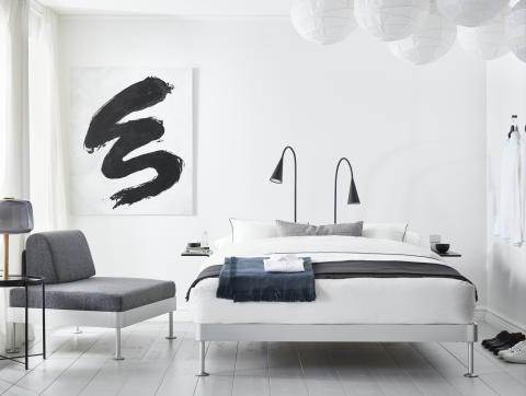 DELAKTIG sengestel med 2 sengeborde 3.099.-, LED-gulvlampe 599.-/stk