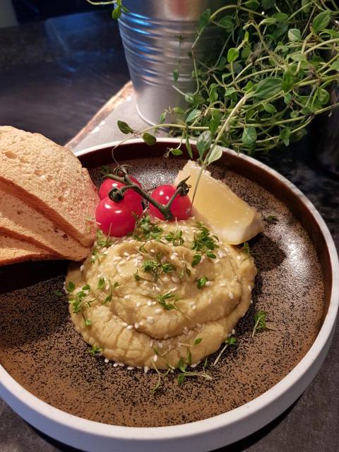 Urtehummus fra Frosta toppet med dulcia tomater, sesam og sprøttbrød på Scandic Nidelven